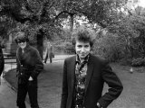 Bob Dylan in the Savoy Gardens on the Thames Embankment, April 1965 Fotografie-Druck