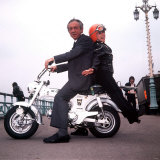 Sid James and Barbara Windsor on Location at the Filming of Carry on Girls Lámina fotográfica