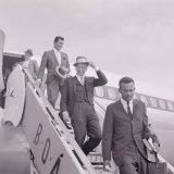 Frank Sinatra Arriving at Heathrow Airport with Dean Martin, August 1961 Fotografie-Druck