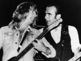 Status Quo Pop Group Rick Parfitt and Francis Rossi Singing on Stage Fotografisk tryk
