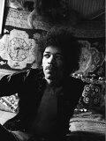 Jimi Hendrix World Famous Guitarist, Sitting Bed Fotografisk tryk