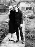 Peter Sellers with Britt Ekland at Home in Their Garden Fotografisk tryk