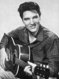 Elvis Presley amerikansk popsanger, gitarist og skuespiller i musikalfilmer, her med gitar Fotografisk trykk