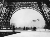 Den franske pilot, løjtnant Collot, flyver under Eiffeltårnet med sin todækker Fotografisk tryk