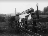 Two Children Stand on a Fence and Wave a Handkerchief at a Passing Steam Train Impressão fotográfica por Staniland Pugh