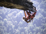 Climber on Edge of Rock, USA Fotografisk tryk af Michael Brown