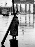Man Carrying Cross, Berlin, October 1961 Fotografia por Toni Frissell