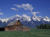 Jackson Hole Homestead and Grand Teton Range, Grand Teton National Park, Wyoming, USA Fotografisk tryk af Jamie & Judy Wild