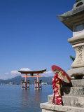 Torii Gate, Itsukushima Shrine, Miyajima Island, Honshu, Japan Lámina fotográfica