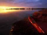 Kayak and Sunrise in Little Harbor in Rye, New Hampshire, USA Impressão fotográfica por Jerry & Marcy Monkman
