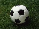 Soccer Ball in Grass Lámina fotográfica