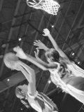 Young Women Playing Basketball Lámina fotográfica