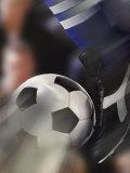 Nahaufnahme eines Fußballspielers, der einen Ball kickt Fotografie-Druck