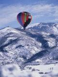 Colorful Hot Air Balloon Against Winter Landscape Lámina fotográfica