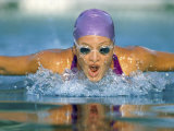 Close-up of a Young Woman Swimming the Butterfly Stroke Lámina fotográfica