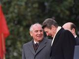 U.S. President Ronald Reagan, Right, Talks with Soviet Leader Mikhail Gorbachev Fotografisk trykk