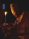 Pope John Paul II Prays Before a Candle at the Beginning of an Holy Easter Vigil Mass Fotografisk tryk
