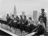 Bygningsarbejdere holder frokostpause på en ståldrager på toppen af RCA-bygningen ved Rockefeller Center Fotografisk tryk