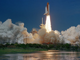 The Space Shuttle Discovery Rises from the Swamps Surrounding its Pad at Kennedy Space Center Lámina fotográfica