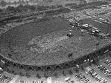 Fans Jam Philadelphia's Jfk Stadium During the Live Aid Concert 写真プリント