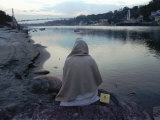 A Hindu Pilgrim Meditates Along the Bank of the Ganges River Impressão fotográfica