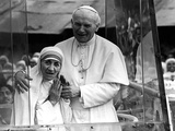 Pope John Paul II Holds His Arm Around Mother Teresa Reproduction photographique Premium