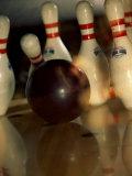 Bowling Ball Striking Pins Lámina fotográfica
