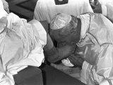 Pope John Paul II Kisses the Feet of One of 12 Mentally Retarded Italians Opspændt lærredstryk