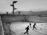 Afghan Boys Play Soccer Lámina fotográfica