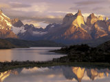Lake Pehoe and Paine Grande at Sunrise, Torres del Paine National Park, Patagonia, Chile Fotografisk tryk af Theo Allofs