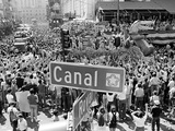 A Crowed Gathers as Floats Make Their Way Through Canal Street During the Mardi Gras Celebration Fotografie-Druck