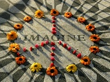 A Makeshift Peace Sign of Flowers Lies on Top John Lennon's Strawberry Fields Memorial Fotografie-Druck
