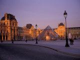 Le Louvre Museum and Glass Pyramids, Paris, France Reproduction photographique par David Barnes