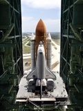 The Space Shuttle Discovery Begins Its Six Hour Trek from the Vehicle Assembly Building Fotografie-Druck