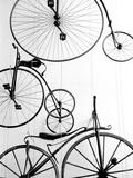 Tentoongestelde fietsen in Zwitsers transportmuseum in Luzern Premium fotoprint van Walter Bibikow