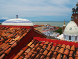 Terracotta Rooftop in Zona Centro, Templo De Guadelupe, Bay of Banderas, Puerto Vallarta, Mexico Fotografisk tryk af Anthony Plummer
