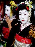 Two Geisha Near Kiyomizu-Dera, Kyoto, Japan Lámina fotográfica por Frank Carter