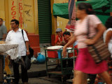 People on Street in City Centre, San Salvador, El Salvador Fotografisk tryk af Anthony Plummer