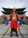 Guards of Gate at Namdaemun Gate, Seoul, South Korea Fotografisk tryk af Anthony Plummer