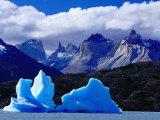 Icebergs in Lake Grey and Mountains of the Macizo Paine Massif, Patagonia, Chile Lámina fotográfica por Richard I'Anson