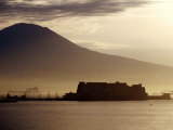 Castel Dell'Ovo and Vesuvius in Background, Naples, Italy Fotografisk tryk af Jean-Bernard Carillet