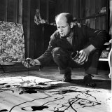 Painter Jackson Pollock Working in His Studio, Cigarette in Mouth, Dropping Paint Onto Canvas Lámina fotográfica prémium por Martha Holmes