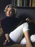 Marilyn Monroe Relaxing at Home プレミアム写真プリント : アルフレッド・アイゼンスタット