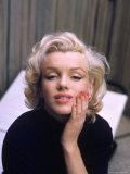 Marilyn Monroe on Patio Outside of Her Home プレミアム写真プリント : アルフレッド・アイゼンスタット