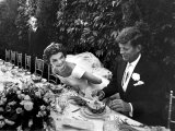 Sen. John Kennedy and His Bride Jacqueline in Their Wedding Attire Fotografie-Druck von Lisa Larsen