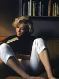 Marilyn Monroe Reading at Home プレミアム写真プリント : アルフレッド・アイゼンスタット
