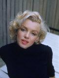 Marilyn Monroe on Patio Outside of Her Home Lámina fotográfica prémium por Alfred Eisenstaedt