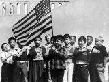 American Children of Japanese, German and Italian Heritage, Pledging Allegiance to the Flag Fotografisk tryk af Dorothea Lange