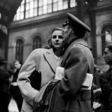 Lieut. John Hancock Spear Kissing His Bride, Ester, While Saying Goodbye in Penn Station Fotoprint van Alfred Eisenstaedt