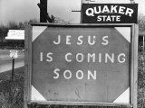 Penna US 1 Highway Sign Left of Quaker State Sign Looming Above Jesus is Coming Soon Billboard 写真プリント : マーガレット・バーク=ホワイト